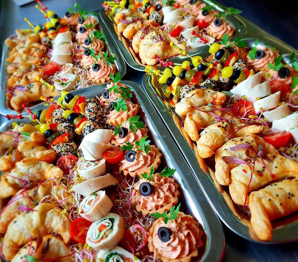 Przekąski zimne napaterach – gotowe dopodania jako catering.